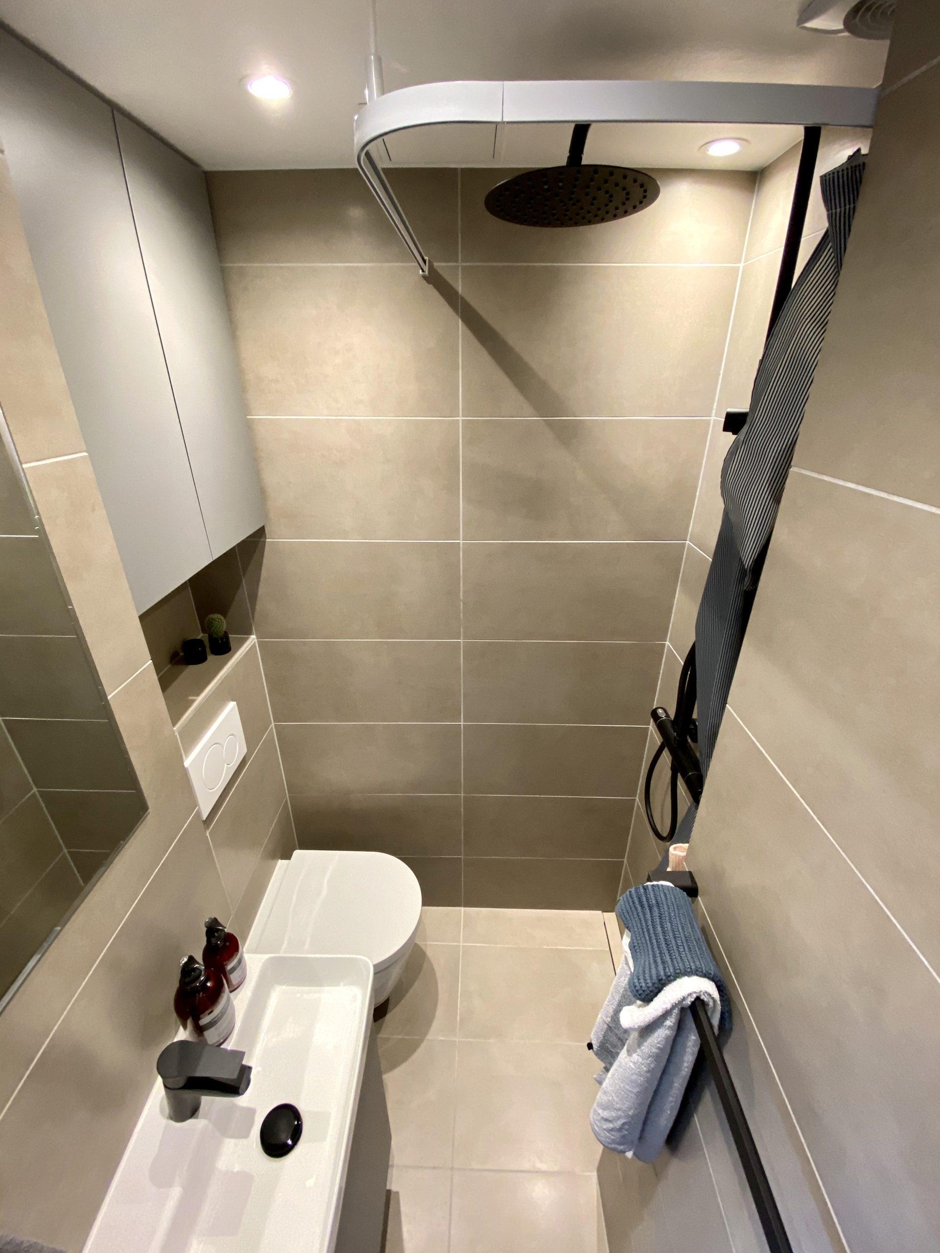 Bæredygtigt badeværelse i lille københavnerlejlighed på frederiksberg med flotte materialer i høj kvalitet leveret billigt